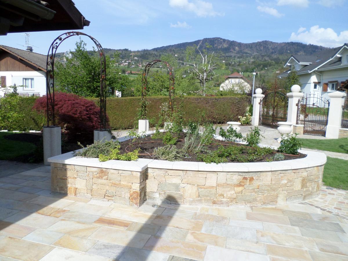 cr er des murets dans un jardin pour structurer un talus. Black Bedroom Furniture Sets. Home Design Ideas